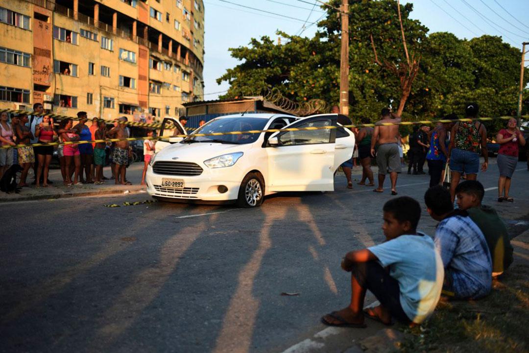 Evaldo Rosa dirigia seu carro, um Ford Ka sedan branco, rumo a um chá de bebê, e transportava a mulher, um filho, o sogro e uma adolescente.
