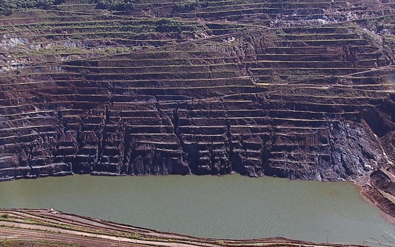 Desmoronamento do talude pode causar abalo sísmico com intensidade suficiente para romper a barragem Sul Superior