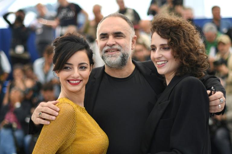 As atrizes brasileiras Julia Stockler (E) e Carol Duarte posam para fotos com o diretor Karim Ainouz em sessão de fotos do filme 'A Vida Invisível de Eurídice Gusmão', na 72ª edição do Festival de Cannes, 20 de maio de 2019