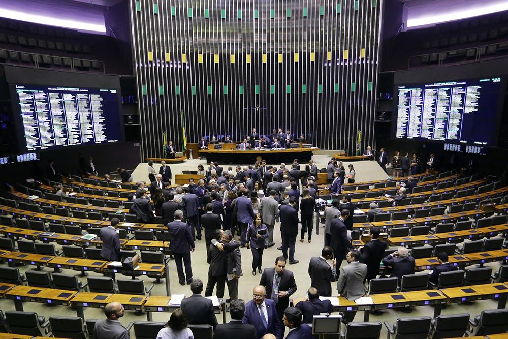 Deputados em plenário durante sessão na Câmara nesta quinta-feira (23).