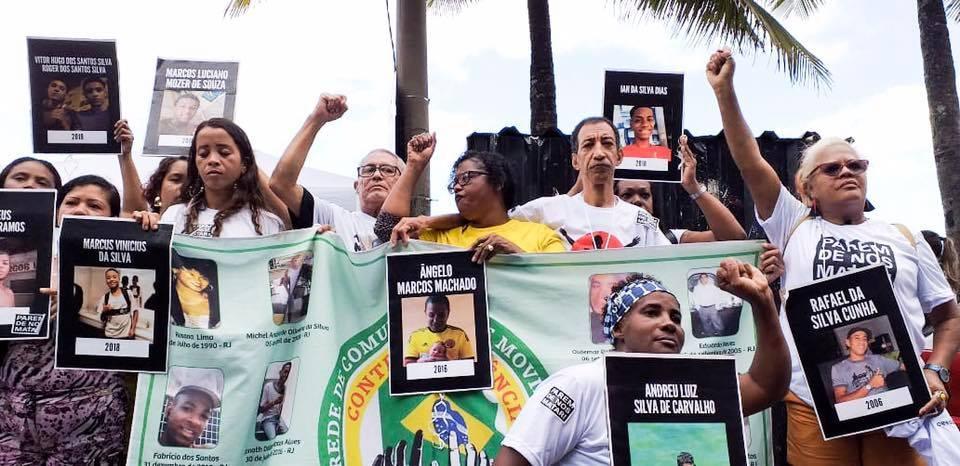 Os manifestantes expressaram preocupação com a flexibilização do porte de armas decretada por Bolsonaro.