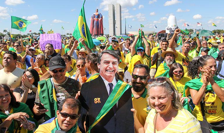 Milhares foram às ruas neste domingo para apoiar o governo de Bolsonaro, vestidos com a camisa da seleção brasileira de futebol ou nas cores verde e amarelo.