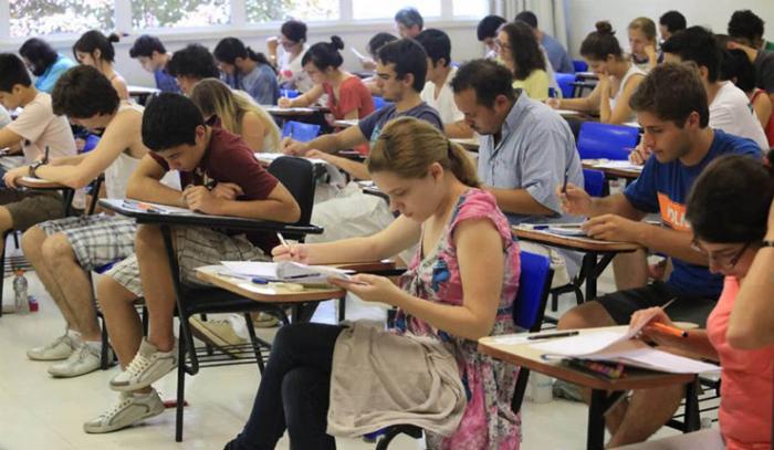 Estudo afirma que alunos formados em escolas de tempo integral têm 63% de chance de entrar no ensino superior.