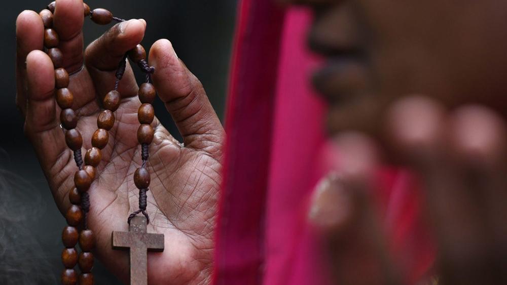 Católica indiana reza no cemitério de Chennai.
