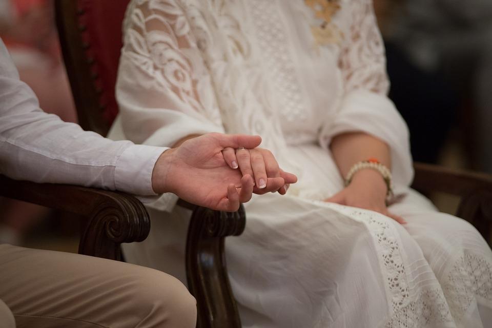 Só se deram as mãos no dia do casamento.