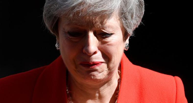 Theresa May, a senhora empenhada e voluntariosa que estava a tentar manter o país acima da linha d'água, teve ontem o seu 'day'. (Toby Melville/ Reuters)