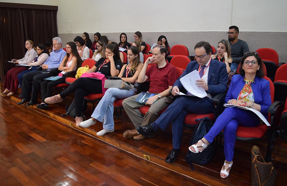 Alunos, professores e convidados acompanham debate sobre constitucionalismo.