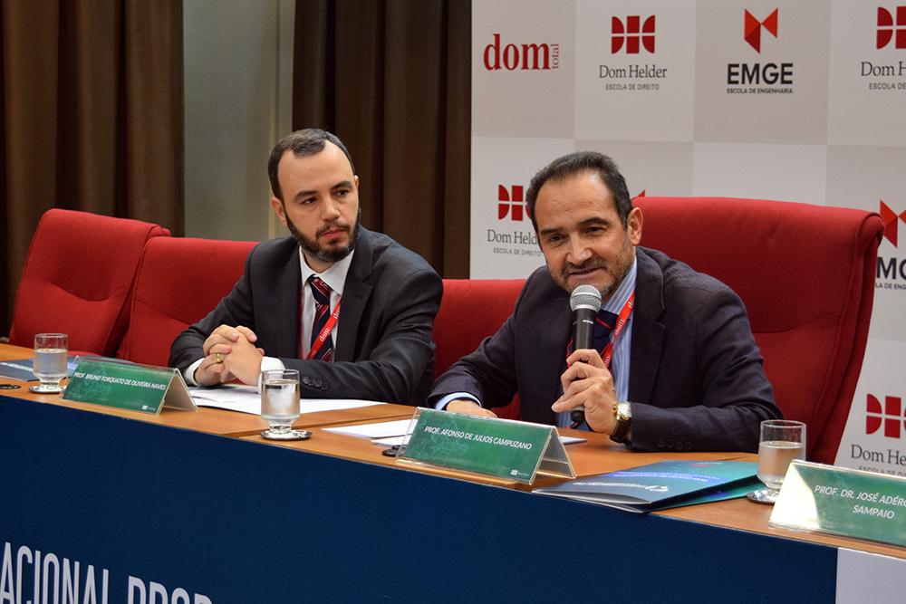 Professores Bruno Torquato, da Dom Helder, e Alfonso de Julios-Campuzano, Universidade de Sevilha.