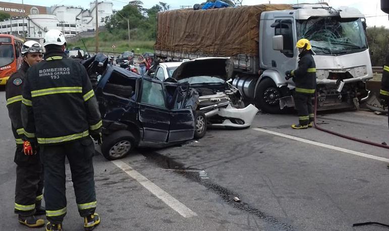 Engavetamento envolvendo 12 veículos deixa trânsito lento na Fernão Dias
