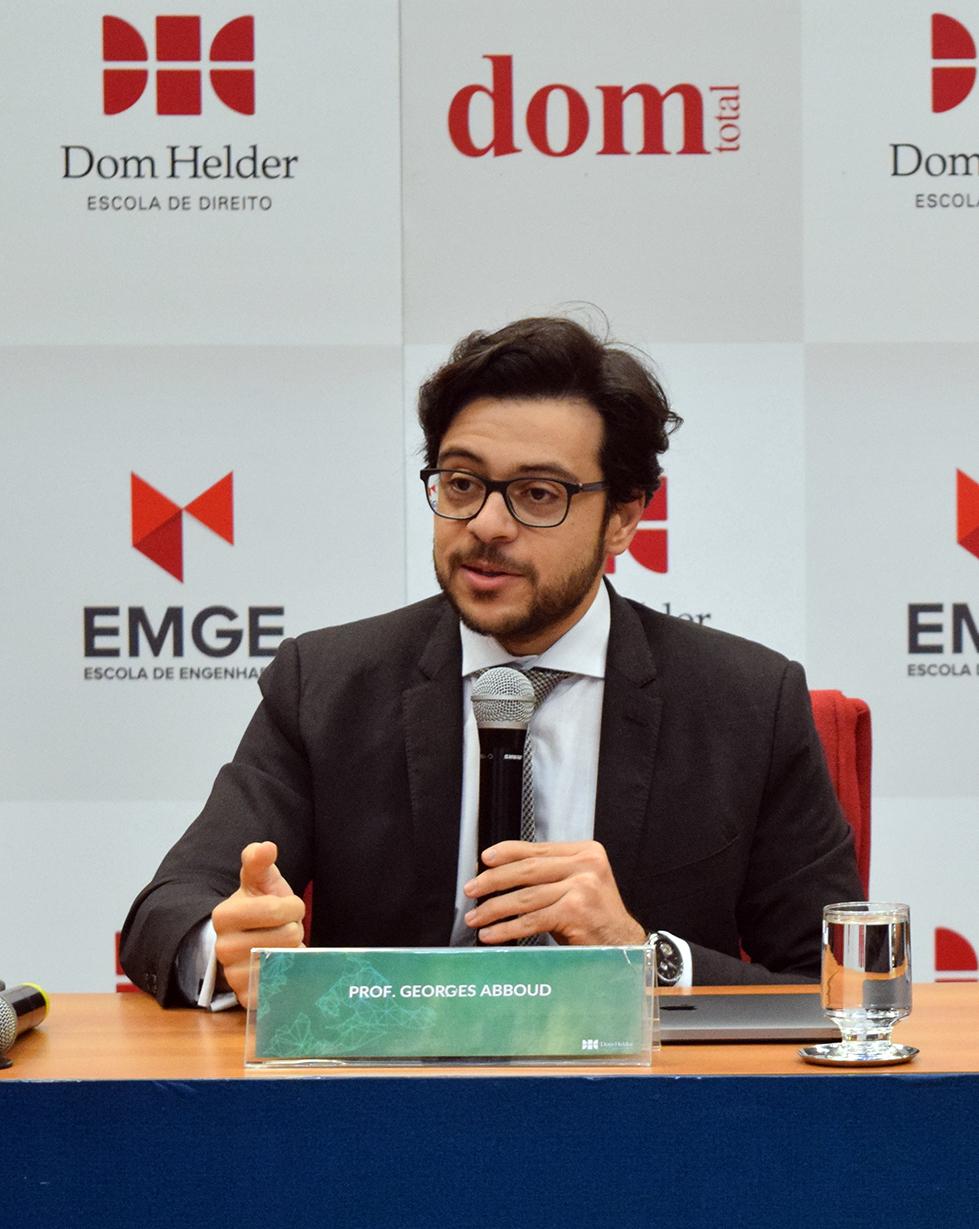 Professor Georges Abboud aborda o tema 'Democracia em transe'.