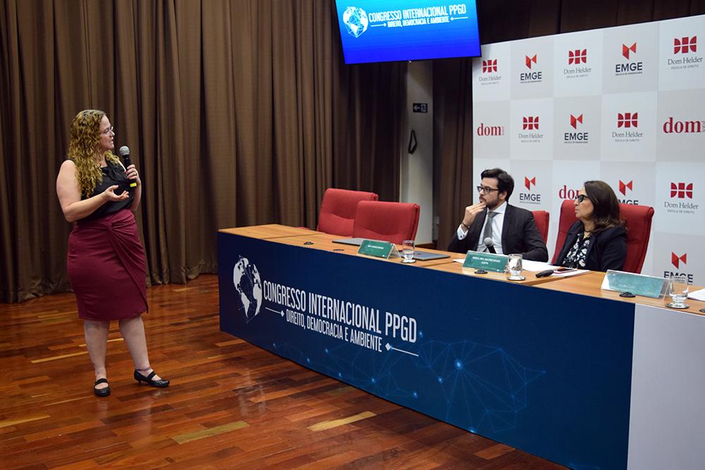 Professora Maraluce Custódio faz questionamentos ao palestrante.