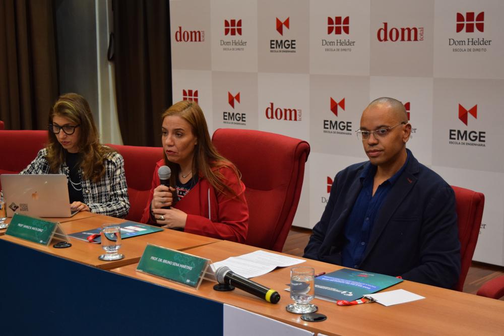 A mesa da noite foi presidida pela professora Jamile Diniz