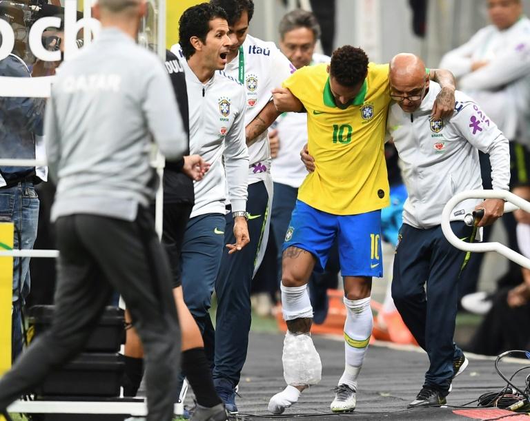O atacante Neymar deixa o campo machucado no amistoso contra o Catar, em Brasília
