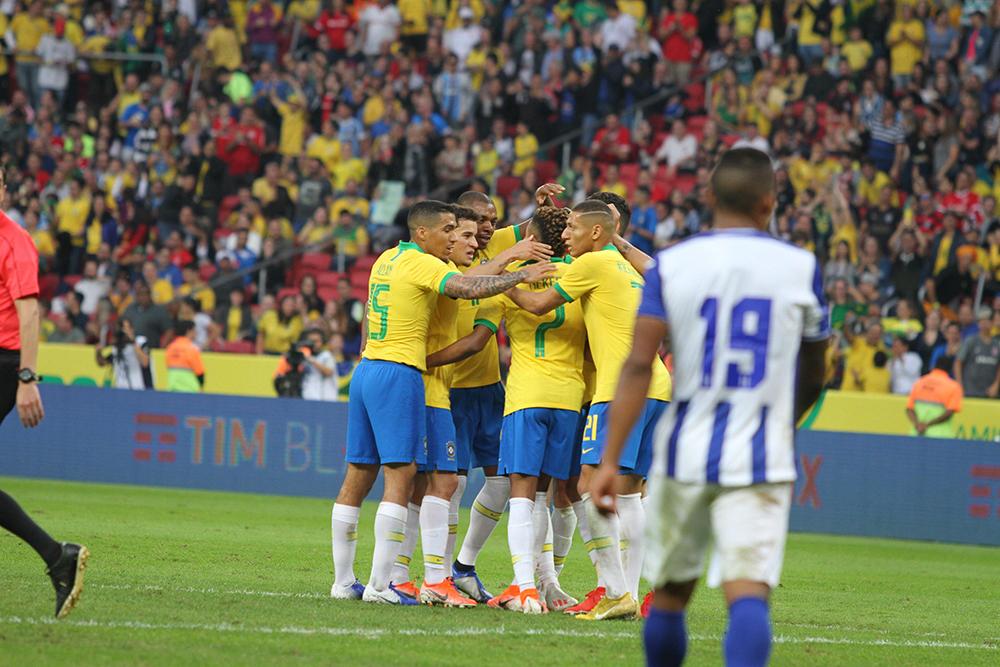 Jogadores do Brasil comemorando gol de David Neres durante a partida amistosa entre Brasil e Honduras.