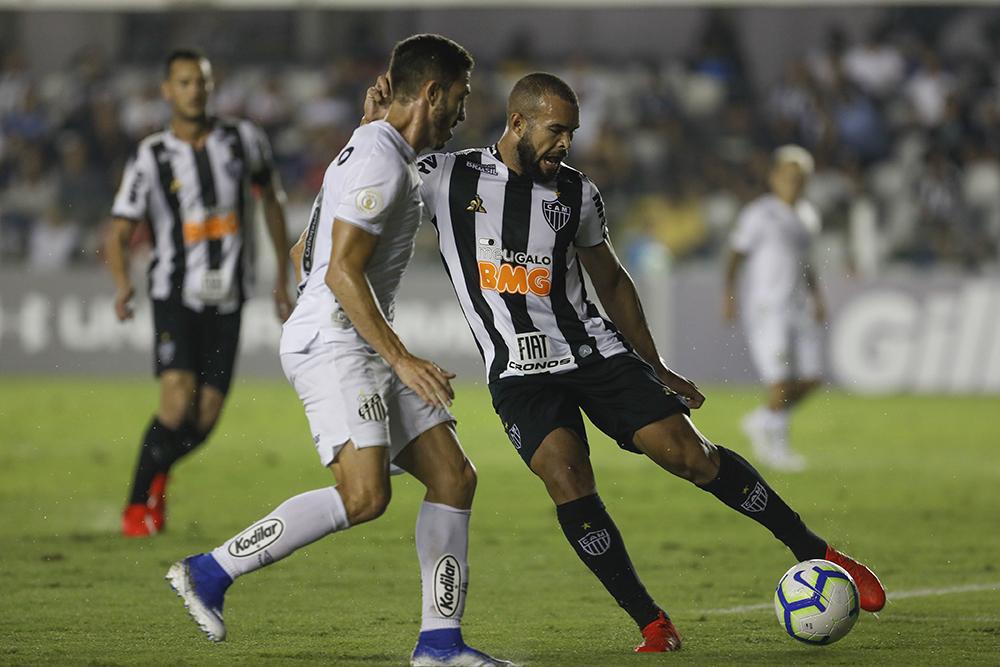Jean Mota e Zé Welison durante jogo entre Santos x Atlético MG, realizado no Estádio da Vila Belmiro em Santos, SP. A partida é válida pela 8ª rodada do Campeonato Brasileiro 2019.