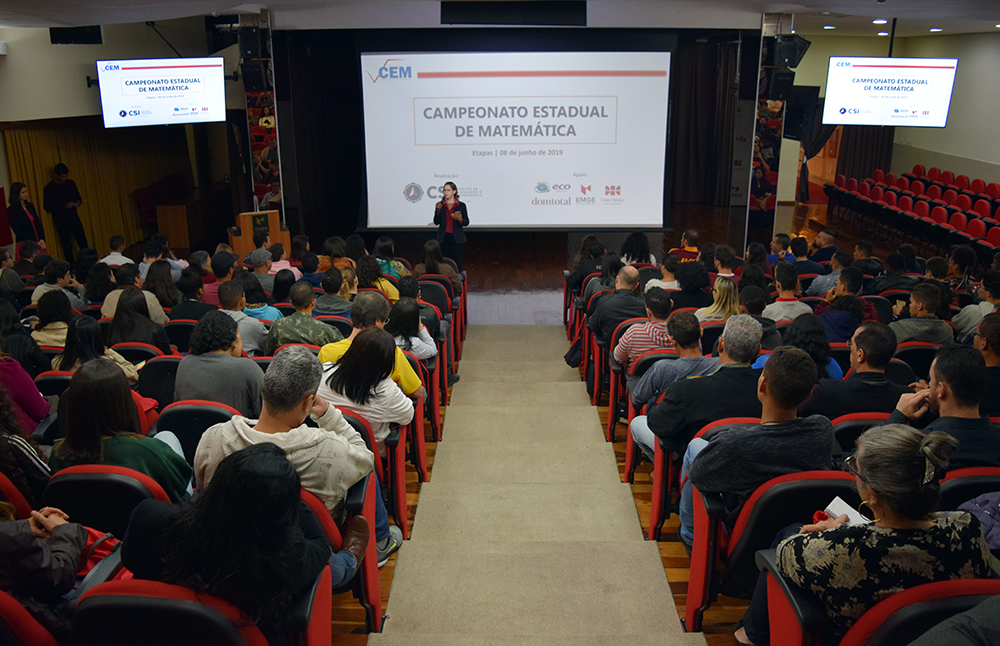 Professora Anacélia Santos Rocha, pró-reitora de ensino da EMGE, esclarece dúvidas dos participantes.
