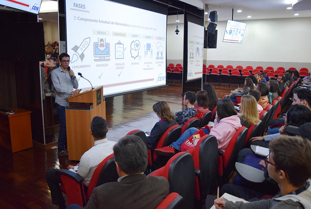 Professor Plínio Santos, da EMGE, apresenta as próximas etapas da competição.