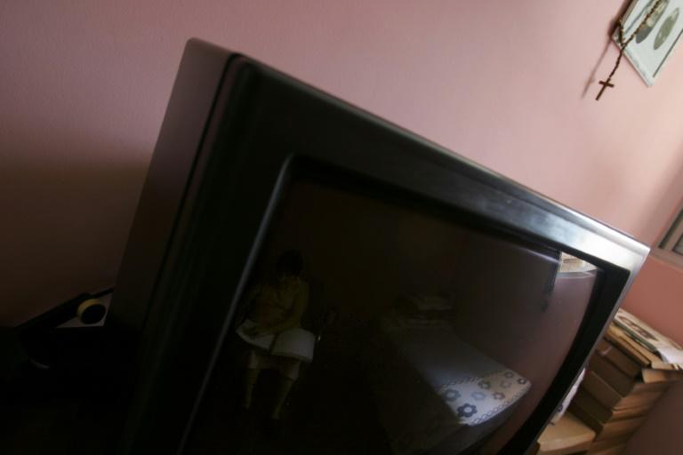 As mulheres que dormem com a televisão ligada ou a luz do quarto acesa têm mais probabilidades de ganhar peso, segundo um novo estudo.