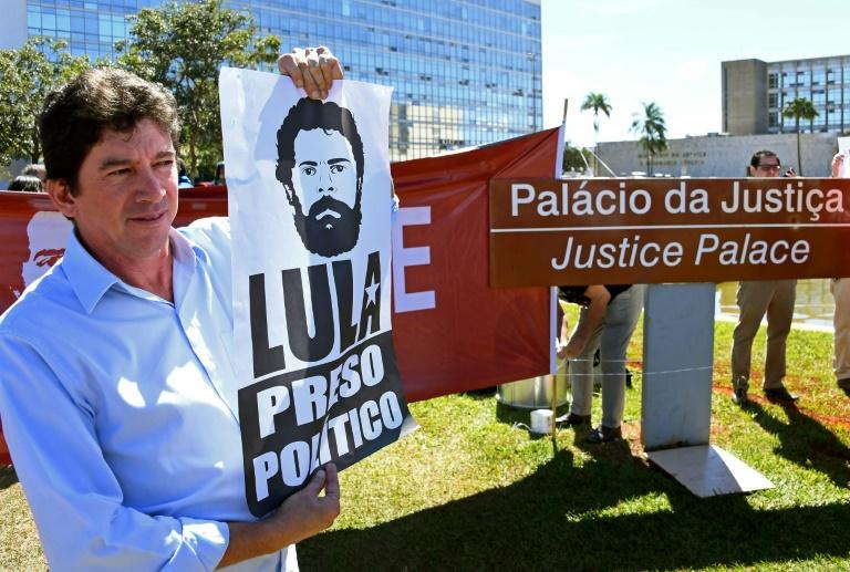 Manifestantes protestam contra a prisão do ex-presidente Luiz Inácio Lula da Silva em frente ao ministério da Justiça, em Brasília, 10 de junho de 2019.