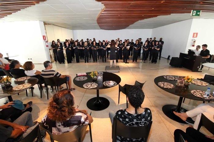 O projeto oferece clima propício à interação entre a plateia e os coristas.