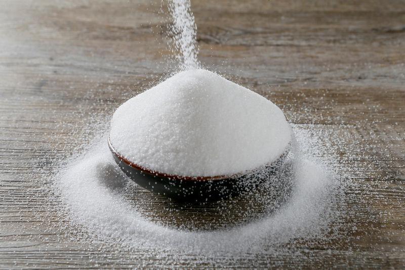 A OMS deixa claro que não diferencia açúcares adicionados de açúcares livres, como se permite a corporação: para as diretrizes oficiais, o que você coloca no café e o que come no biscoito entram na mesma conta.