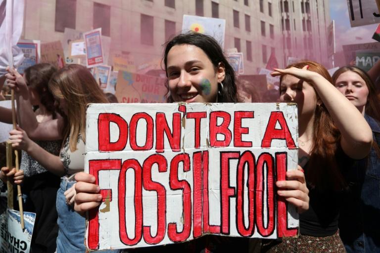 Estudantes e defensores do clima manifestam-se no centro de Londres pedindo ações contra as mudanças climáticas.