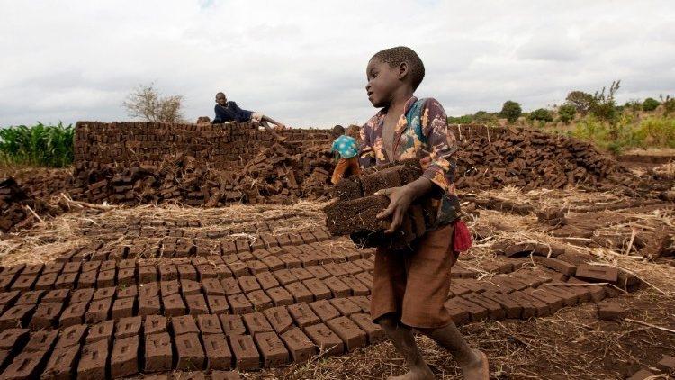 Menino produzindo tijolos no Malaui.