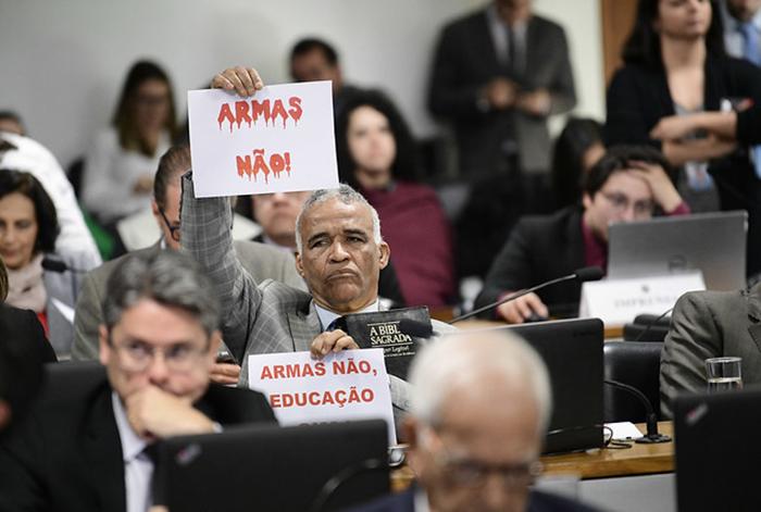 Deputado Pastor Sargento Isidório (Avante-BA) prostesta durante sessão da Comissão de Constituição e Justiça do Senado que analisou decreto das armas.