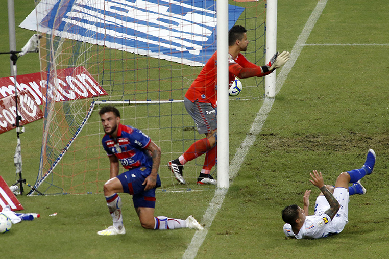 Fábio reclama de falta em gol do Fortaleza contra o Cruzeiro no Castelão.