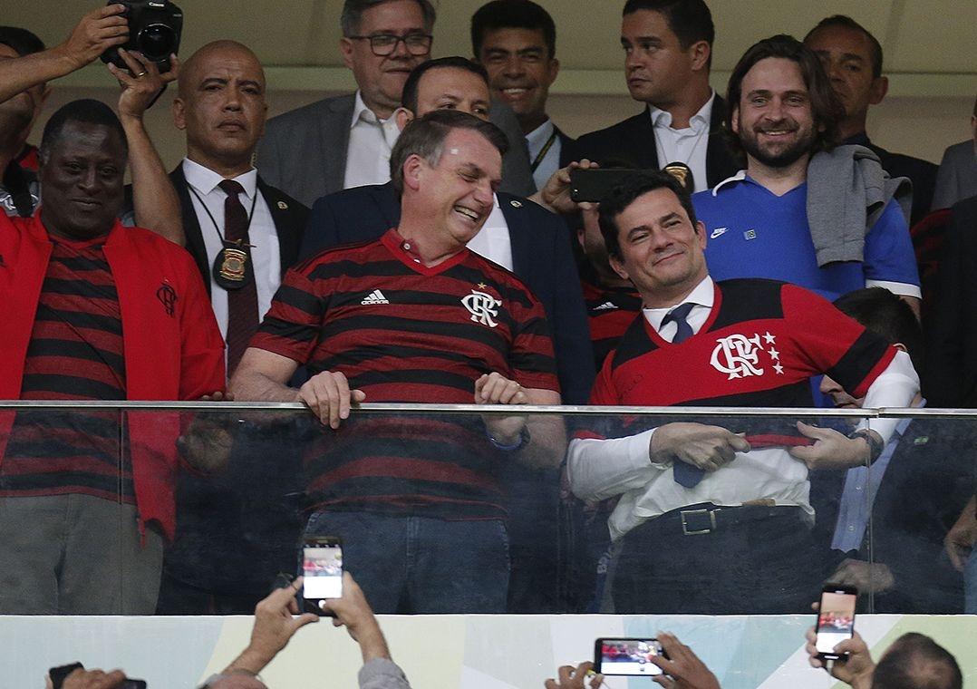 Jair Bolsonaro e Sérgio Moro acompanham jogo do Flamengo em Brasília