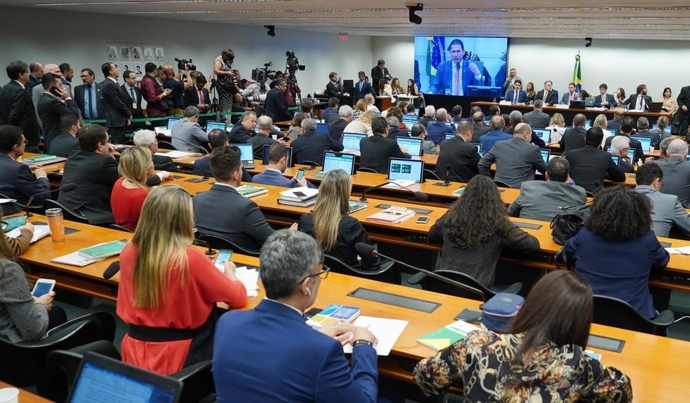 Deputados reunidos em sessão da comissão especial da reforma da Previdência que apresentou parecer de relator na manhã desta quinta-feira (13) na Câmara dos Deputados.