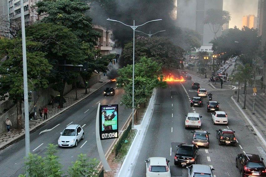 Movimentos Sociais fecham a Av 23 de maio em São Paulo em apoio a greve geral.