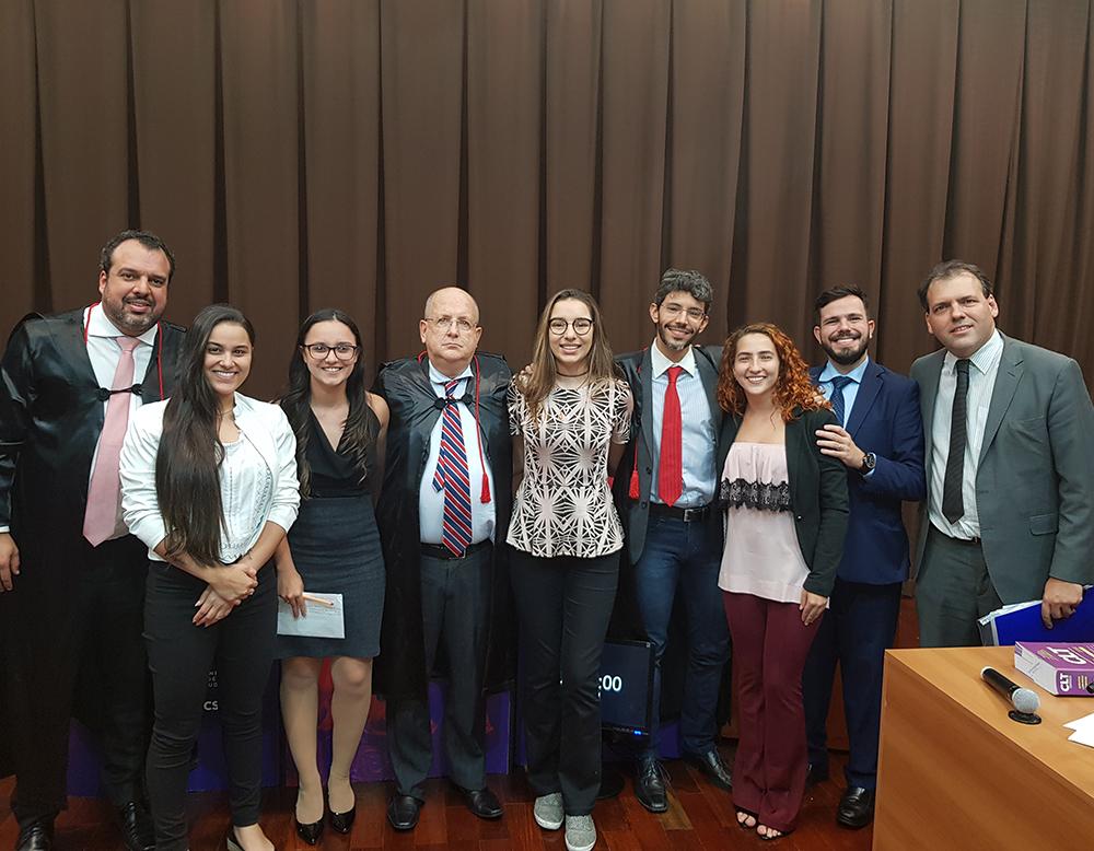Professores da Dom Helder, convidados e alunas após o round final.