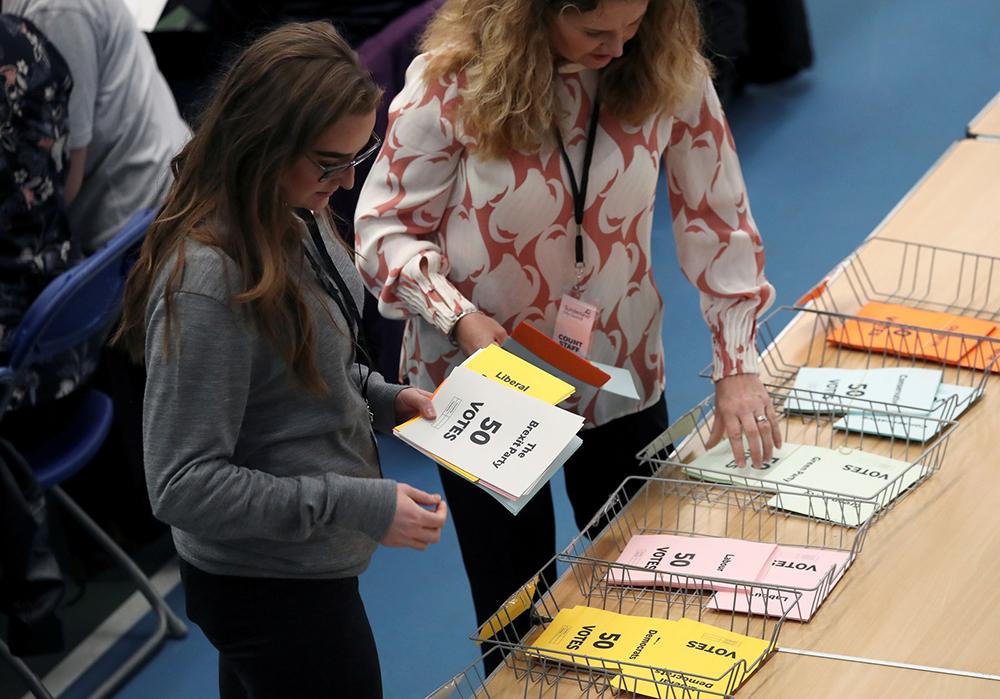 Equipe conta os votos das eleições europeias no Reino Unido.