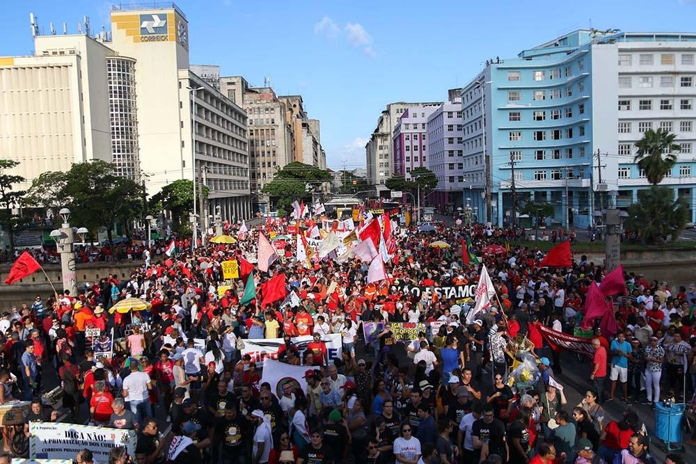 Protesto em Recife mobilizou milhares de manifestantes no centro da cidade