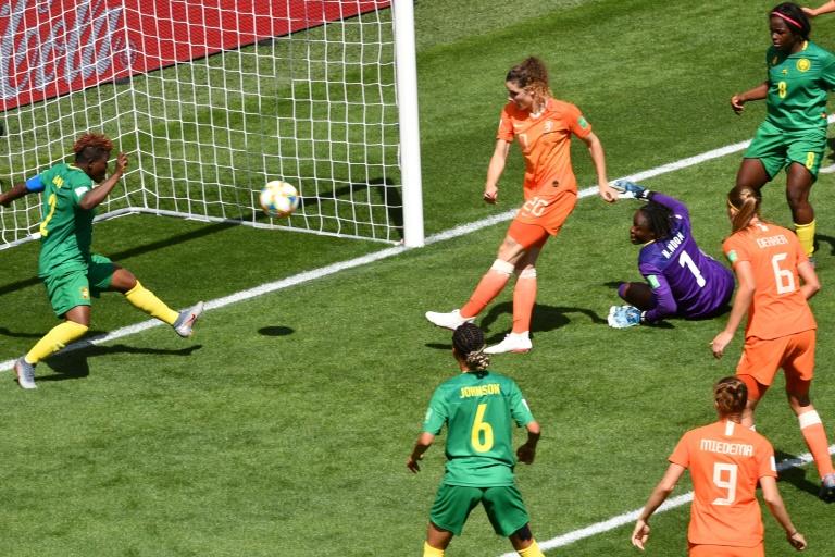 A zagueiro holandesa Dominique Bloodworth anota o terceiro gol de sua seleção na vitória sobre Camarões na Copa do Mundo da França, em Valenciennes.