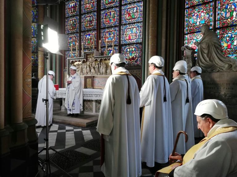 O arcebispo de Paris, Michel Aupetit, celebra a missa na capela da Notre-Dame.