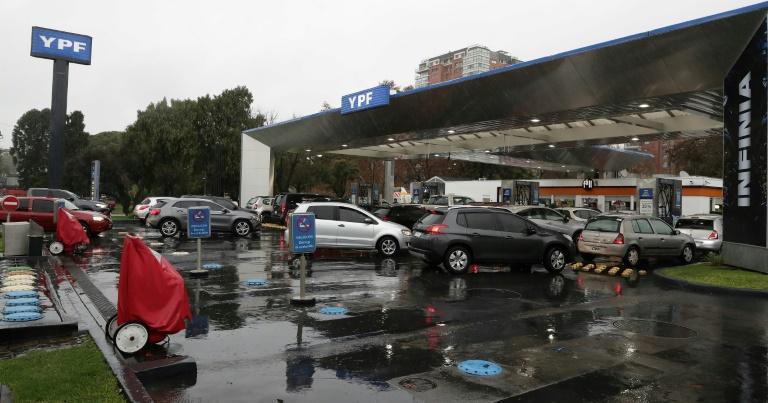 Motoristas aguardam para abastecer em Buenos Aires durante o apagão.