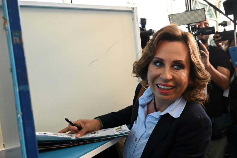 A candidata à presidência da Guatemala do partido União Nacional da Esperança, Sandra Torres, vota em 16 de junho