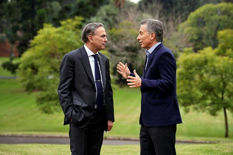 O presidente da Argentina, Mauricio Macri (D), conversa com seu colega de chapa, o senador peronista Miguel Ángel Pichetto, em Buenos Aires, 12 de maio de 2019.