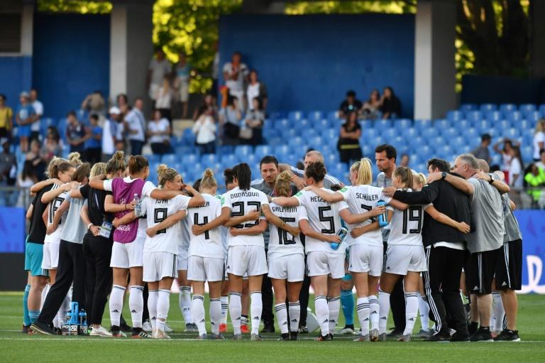 A seleção alemã comemora a vitória por 4 a o sobre a África do Sul, em Montpellier.