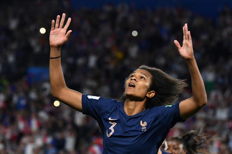 A zagueira da França, Wendie Renard, comemora seu gol que deu a vitória de 1 a 0 sobre a Nigéria pelo grupo A em Rennes.