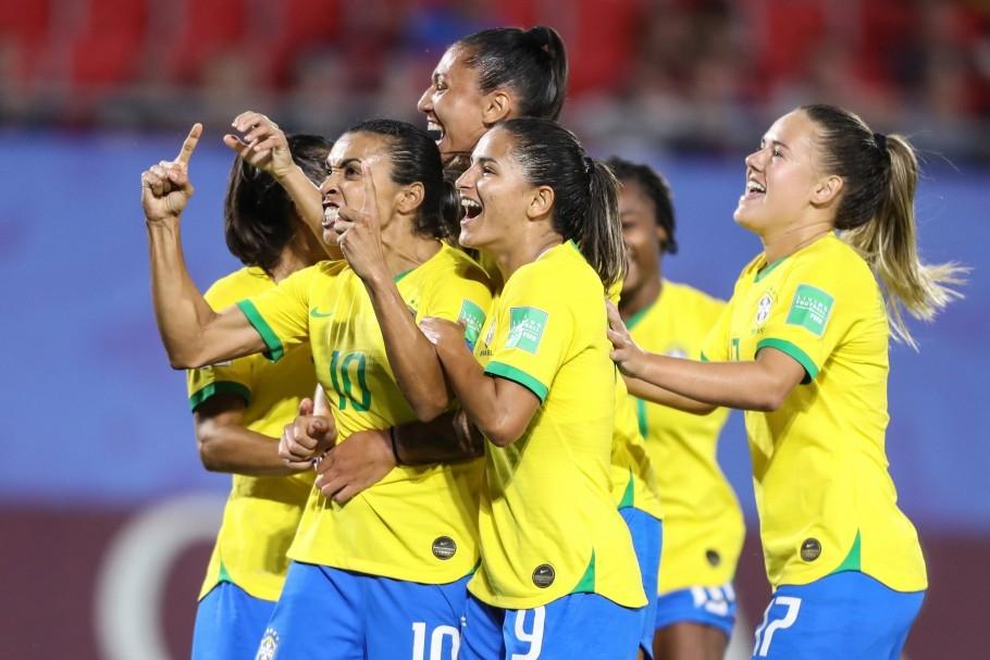 Jogadoras do Brasil comemoram gol histórico da melhor do mundo