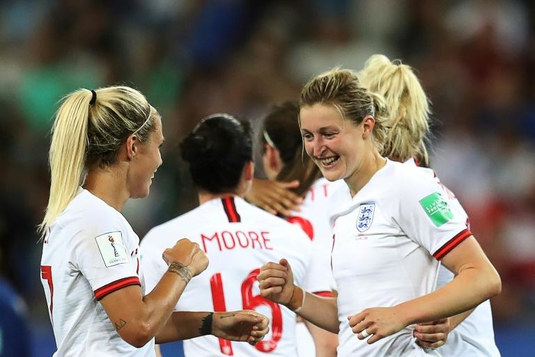 Jogadoras da Inglaterra comemoram com Ellen White durante a vitória por 2 a 0 sobre o Japão em Nice