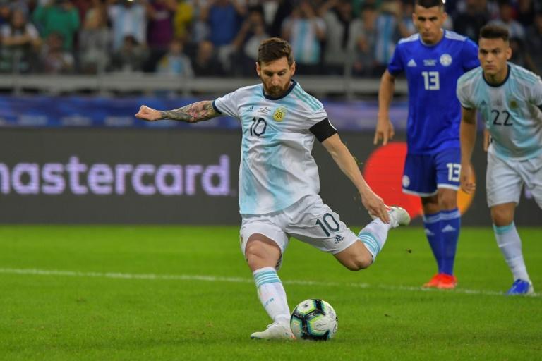 O craque Lionel Messi marca de pênalti o gol de empate da Argentina contra o Paraguai no Mineirão em Belo Horizonte