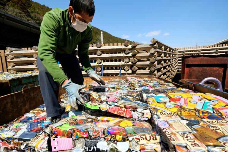 Funcionário do lixão de Kamikatsu organiza latas compactadas.