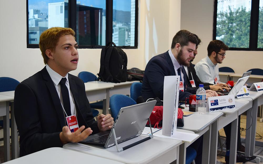 Matheus Mendonça Nepomuceno, do 3º período do Direito Integral, atua como delegado do comitê Cooperação Econômica Ásia-Pacífico.