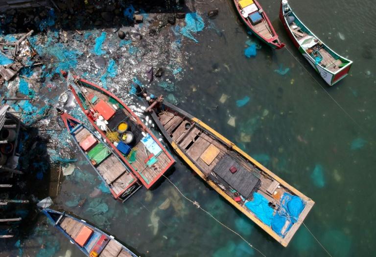 Plásticos poluem o mar da localidade pesqueira de Lhokseumawe, na Indonésia.