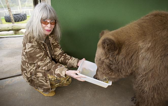 Rita Lee se encontra com ursa que sofreu maus-tratos.