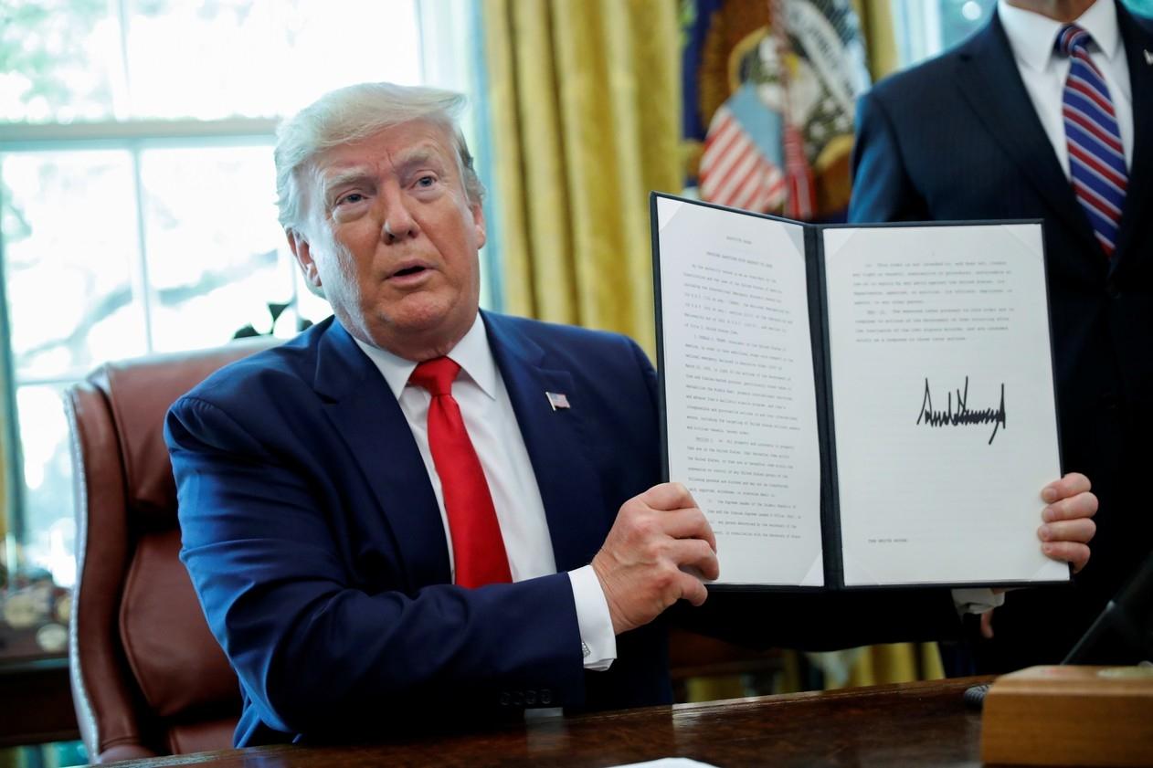 Presidente Donald Trump mostra assinatura em ordem executiva que impõe novas sanções ao Irã